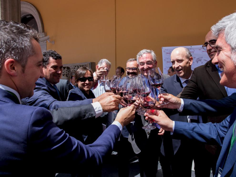 Joaquín Olona brinda con representantes de la Campo de Borja y de vinos de Cerdeña.