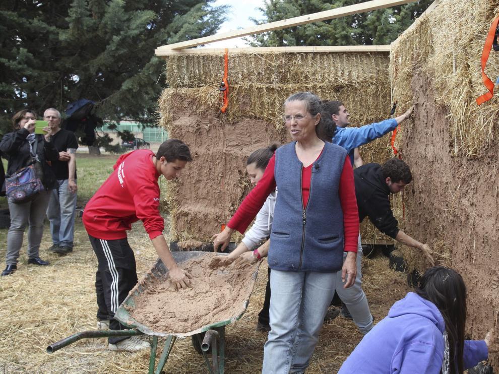 Petra Jebens en un curso de bioconstrucción impartido en Huesca a alumnos de FP del IES Pirámide.
