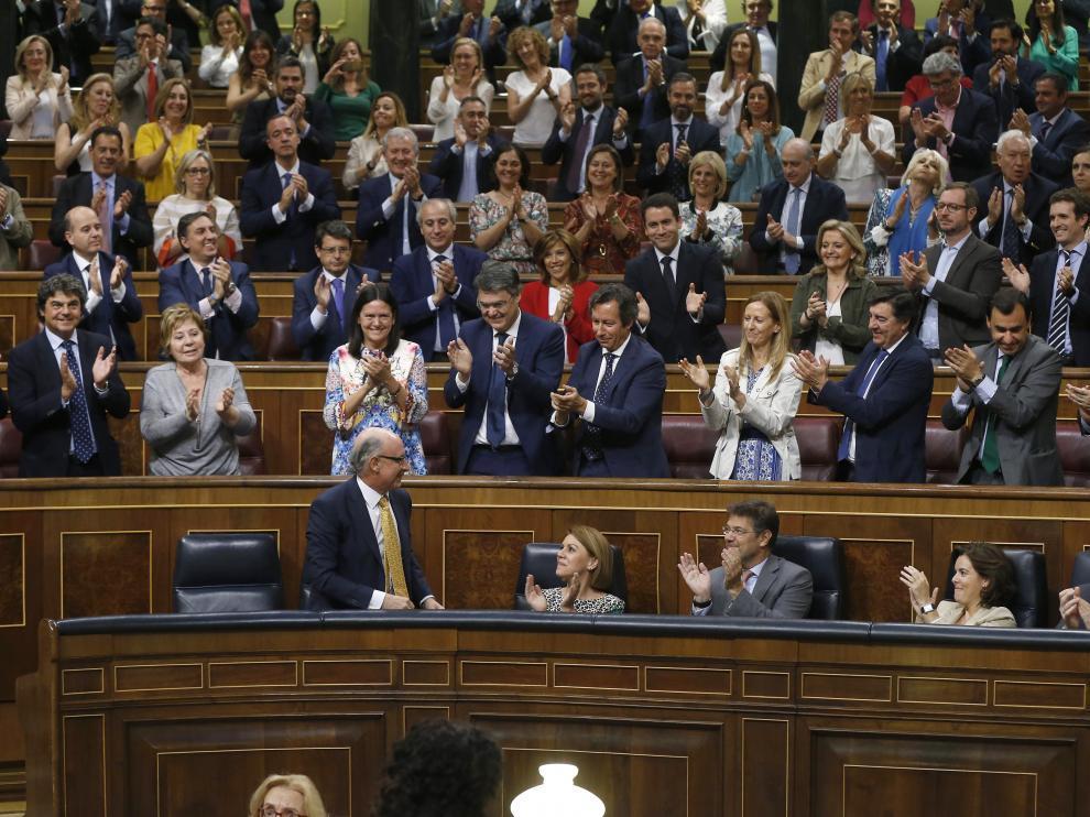 Montoro recibe el aplauso de los diputados del PP tras la aprobación de los Presupuestos.