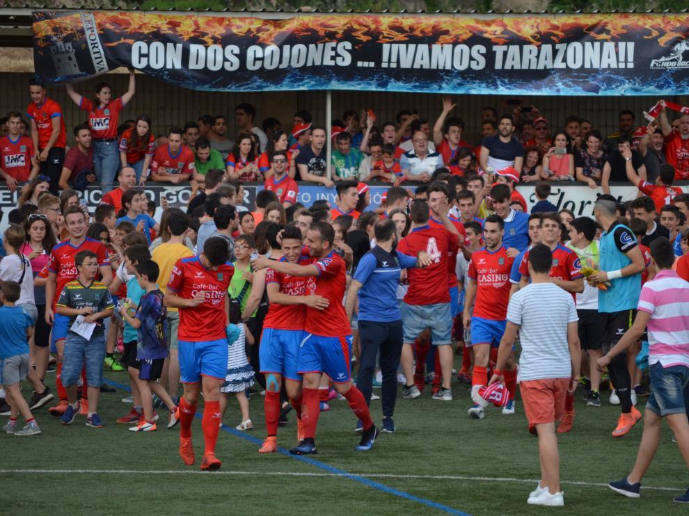 Los aficionados rojillos felicitando a los jugadores tras el partido de vuelta de la primera eliminatoria.
