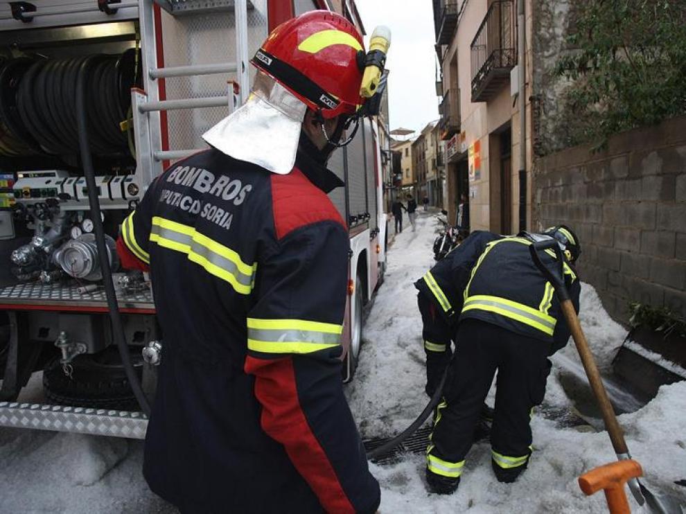 Los bomberos en sus labores tras la fuerte granizada caída este lunes  en Ágreda que ha asolado cultivos del término municipal
