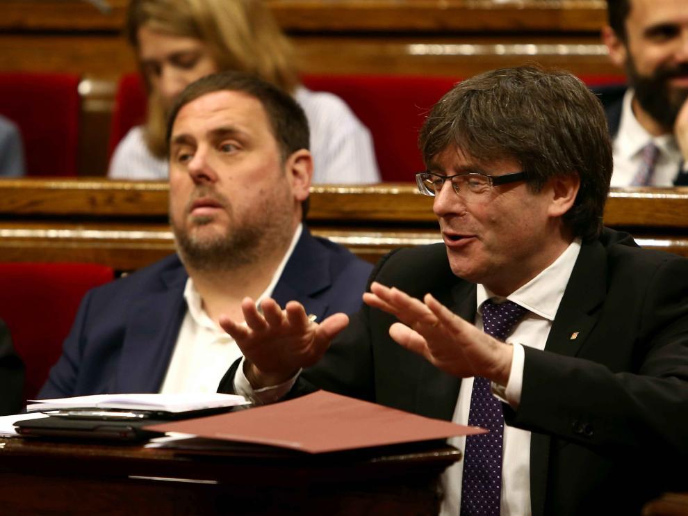 El presidente de la Generalitat, Carles Puigdemont (d), junto al vicepresidente del Govern y conseller de Economía, Oriol Junqueras