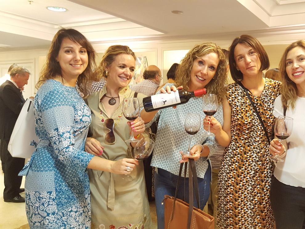 Asistentes al I Salón del Vino Somontano en Madrid.