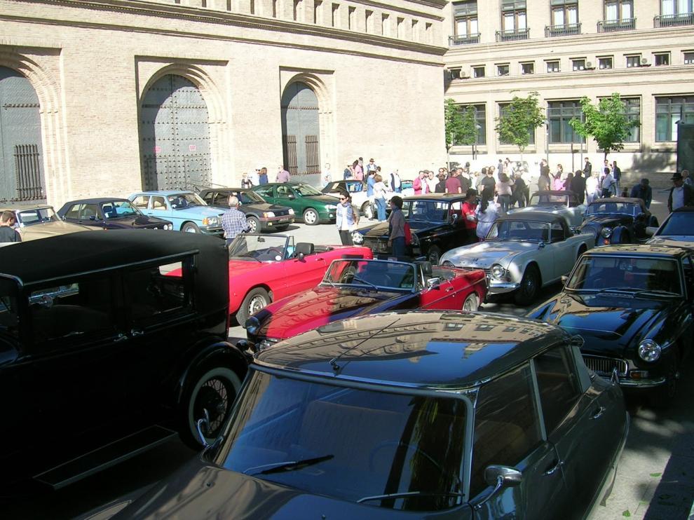 Concentración de vehículos clásicos en la plaza del Pilar de Zaragoza.
