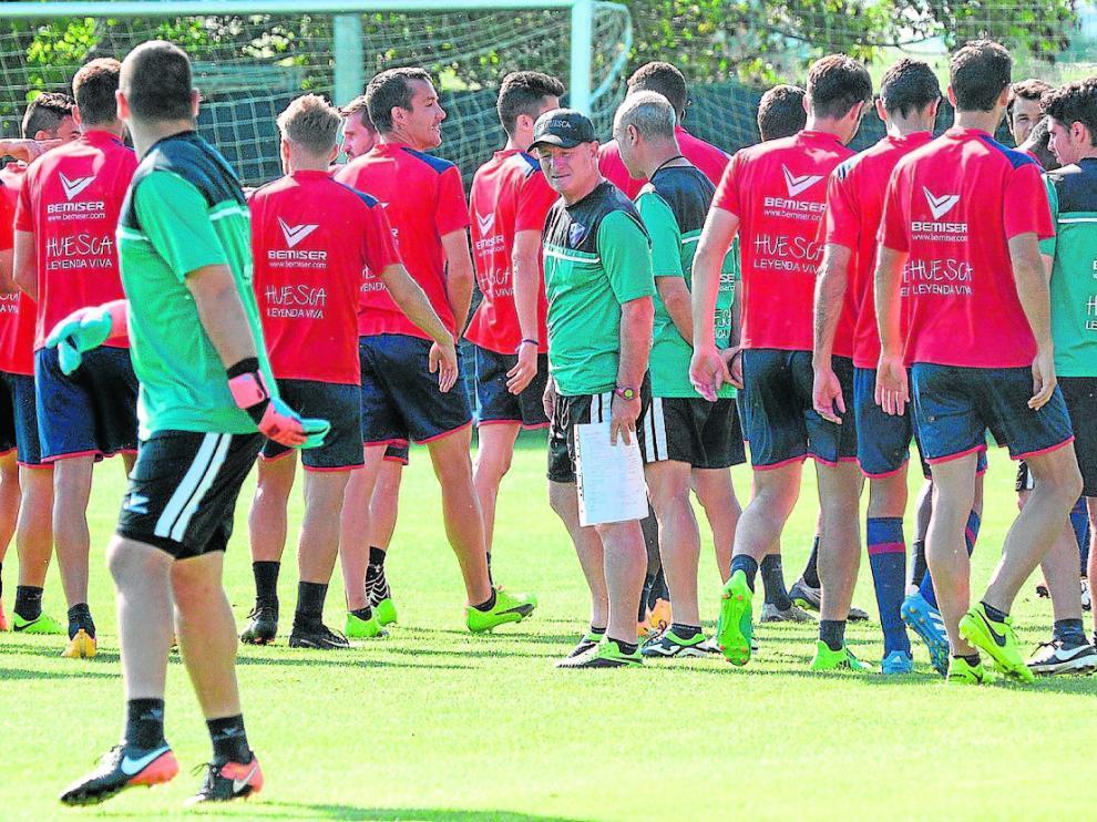 Anquela, rodeado de sus jugadores en un entrenamiento en el IPFE Montearagón.