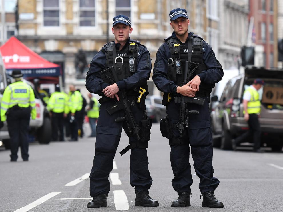 Policía armada en Londres.