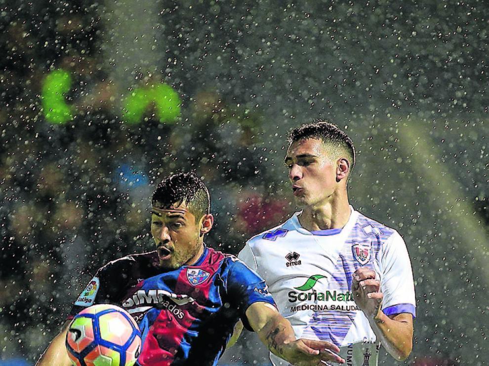 Dani Calvo presionando al azulgrana Vinícius.
