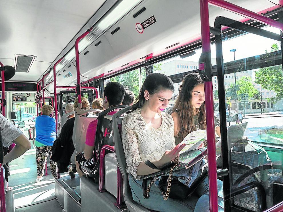 Lucía e Irene, del Buen Pastor, repasan en el bus que las lleva a Medicina para hacer selectividad.