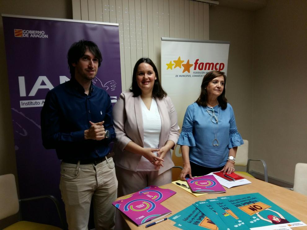 Adrián Gimeno, Natalia Salvo y Carmen Sánchez, este miércoles, en la presentación de la campaña en Zaragoza