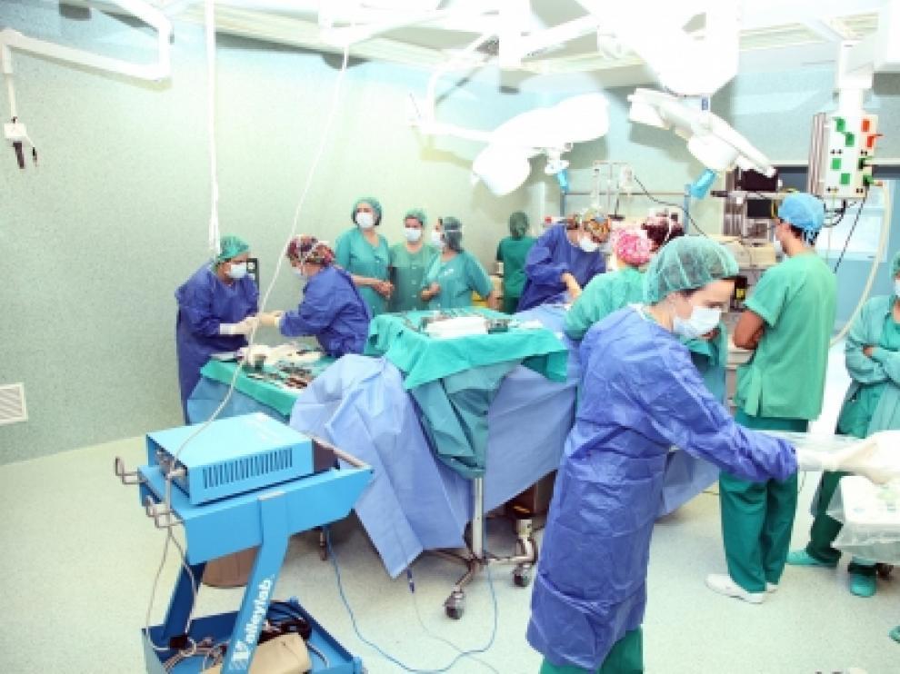 Intervención en un quirófano del Miguel Servet.
