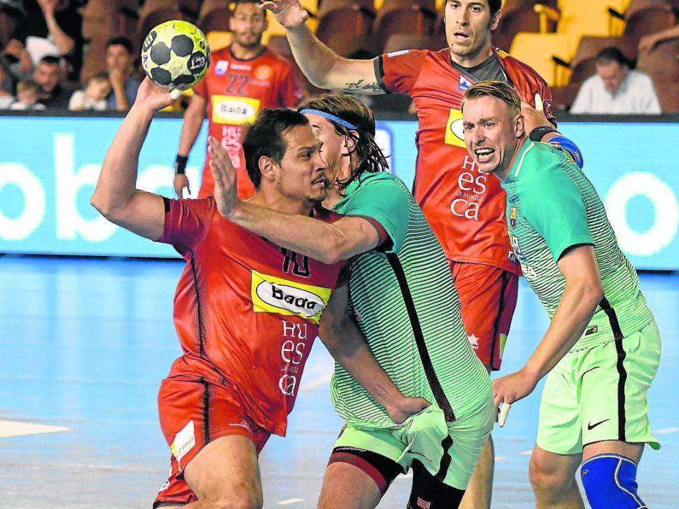 Bojan Todorovic (con el balón), vivió ayer su último partido como jugador del Bada Huesca.