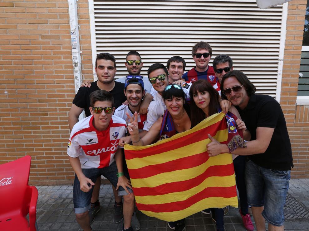 La afición del Huesca apoya a su equipo en Valencia.