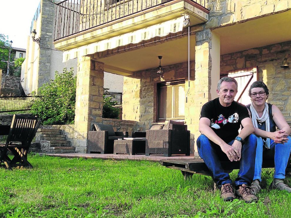 Joaquín Ventura y Pilar Pérez, el viernes, en la casa rural que regentan desde este mismo mes.