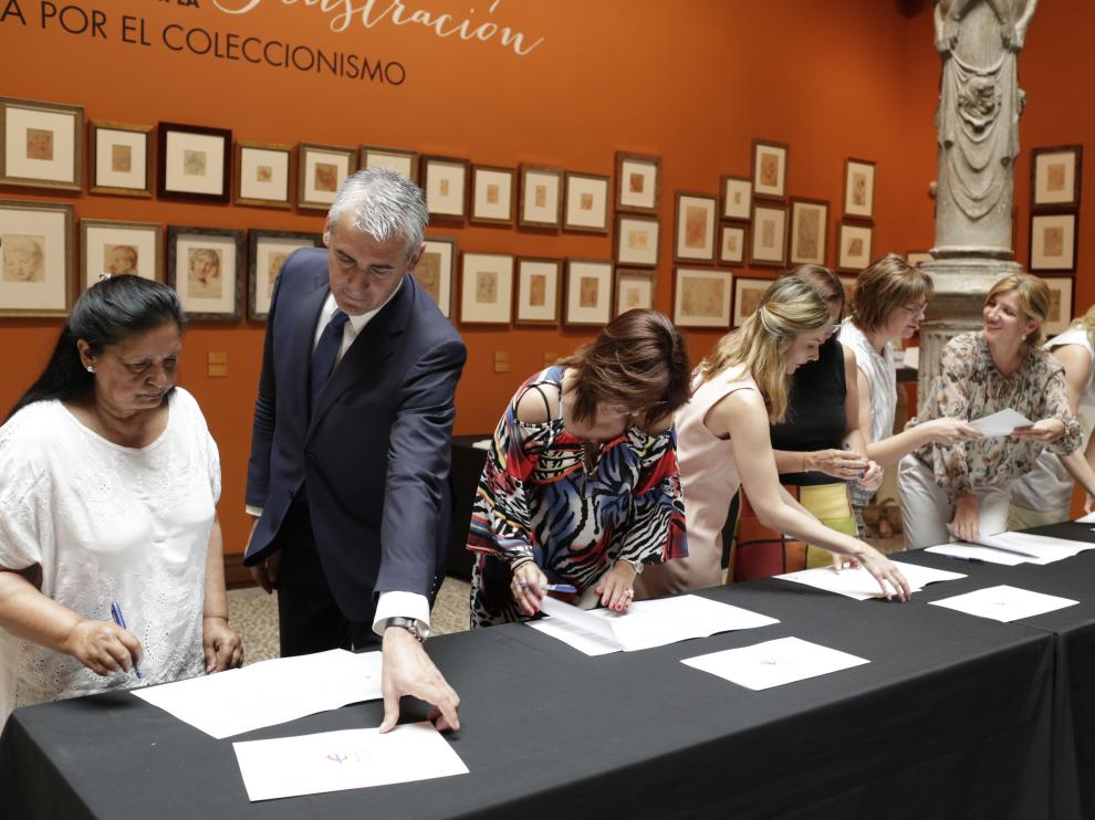 La firma de los convenios  se hizo en el patio de La Infanta