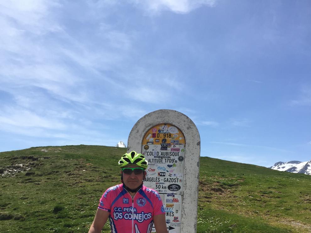 Javier Sebastián, con su bicicleta de madera en el Col d'Aubisque.