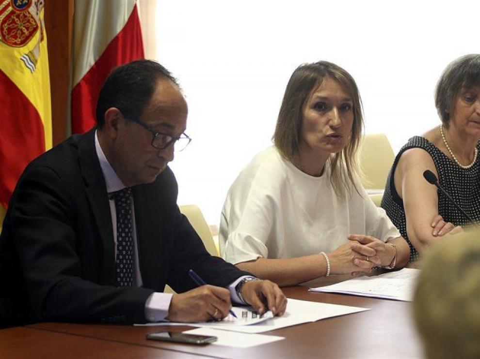 La gerente del Servicio Publico de Empleo, Rocio Lucas (c), acompañada por el delegado territorial, Manuel López, durante la presentación del Plan de Empleo Local.