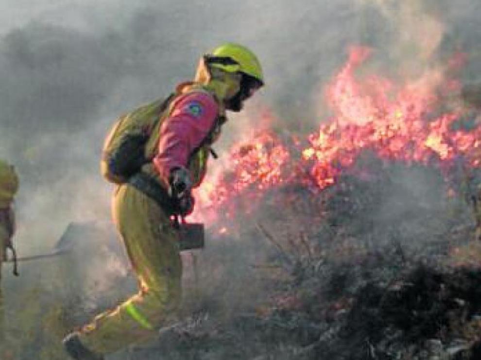 Uno de los componentes de las cuadrillas, en pleno incendio.
