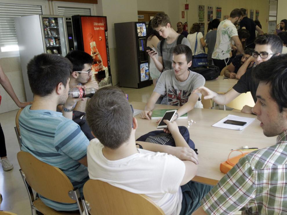 Alumnos en el Campus de Soria durante los momentos previos a la realización de uno de los exámenes de la EBAU.