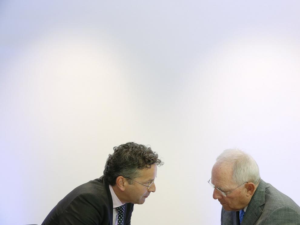 El jefe del Eurogrupo, Jeroen Djisselbloem, conversa con el ministro de Finanzas alemán, Wolfgang Schäuble, este jueves en Luxemburgo.