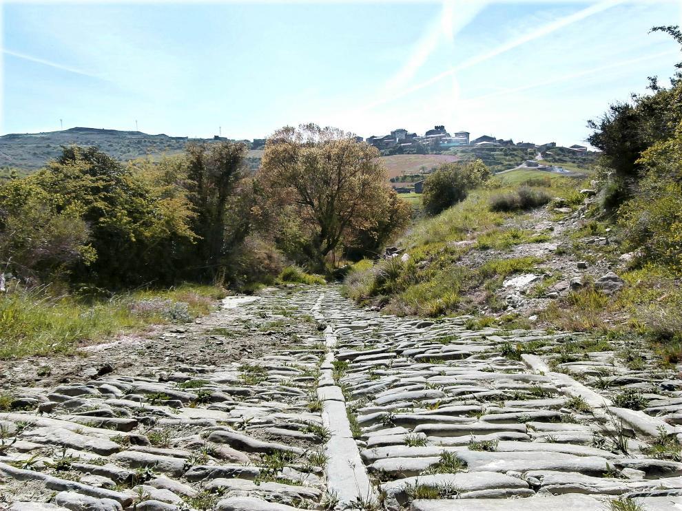 La calzada de Undués de Lerda, llegada del camino a la localidad cincovillesa.