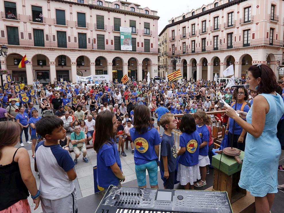 Los niños subieron al escenario durante la lectura del manifesto, al término de la manifestación en la plaza López Allué de Huesca.