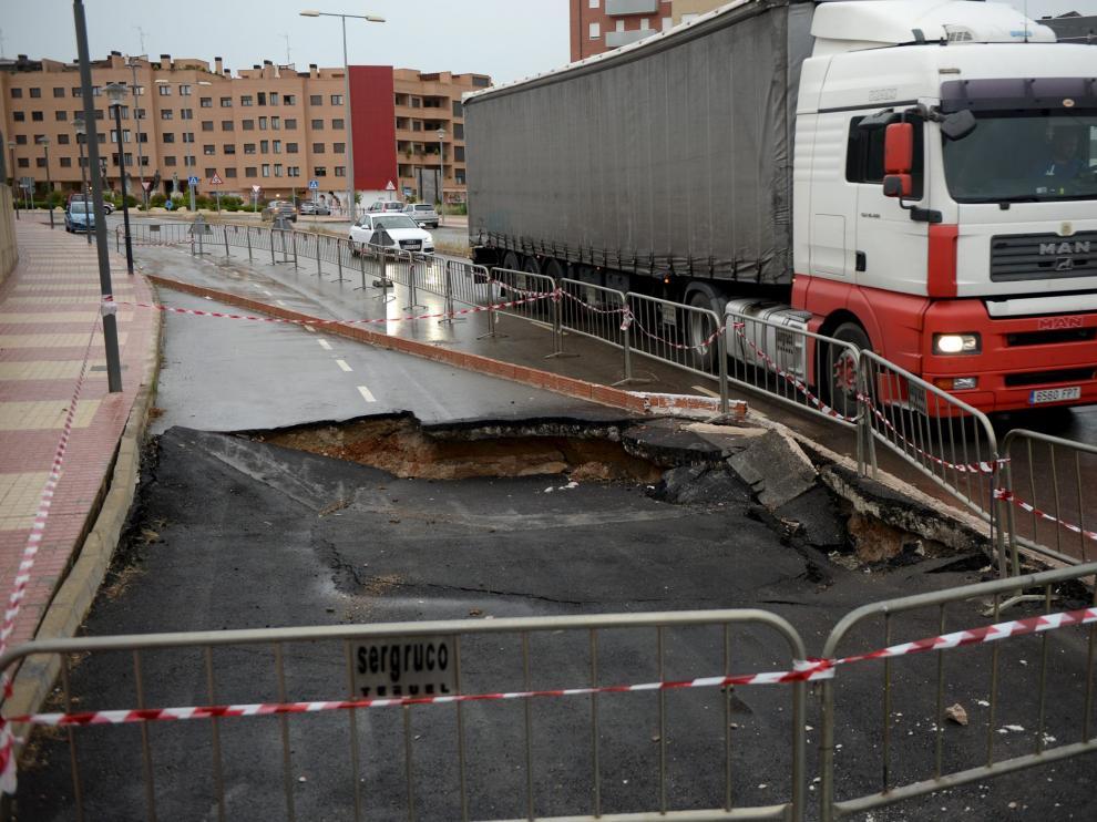 El hundimiento del pavimento por la dolina mantiene cortado un carril de la flamante avenida de Europa.