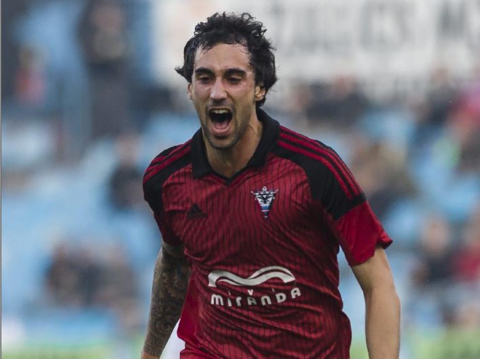Eguaras, celebra un gol marcado con el Mirandés al Real Zaragoza hace dos campañas en La Romareda.