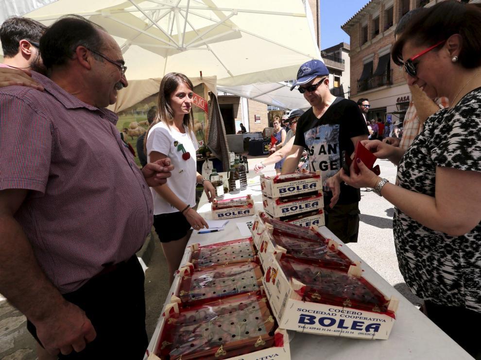Los puestos de los cuatro productores vendieron ayer cientos de cajas de cerezas.