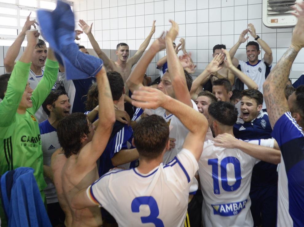 Los jugadores del Aragón, celebrando el ascenso en el campo del Calahorra.