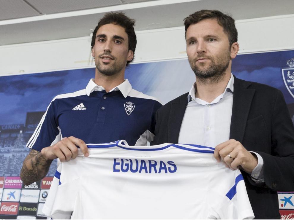 Eguaras, con su camiseta aún sin número dorsal, en la presentación oficial como jugador zaragocista, este lunes junto a Lalo Arantegui.