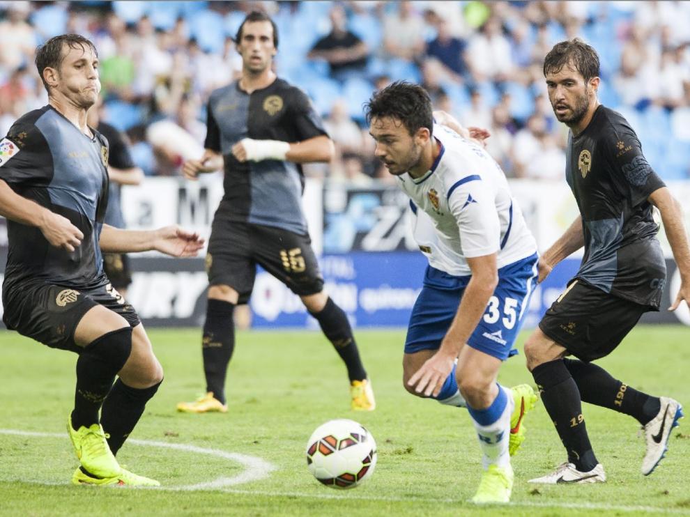 Eguaras, al fondo con el número 16 en el pantalón, observa la penetración del zaragocista Diego Suárez, taponado por Carlos Hernández y seguido por Longás. Fue su primera visita a La Romareda, en un Real Zaragoza 1-Sabadell 1.