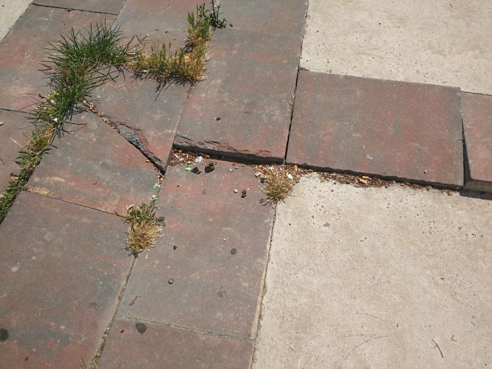 Algunos de los problemas en la superficie de la plaza.
