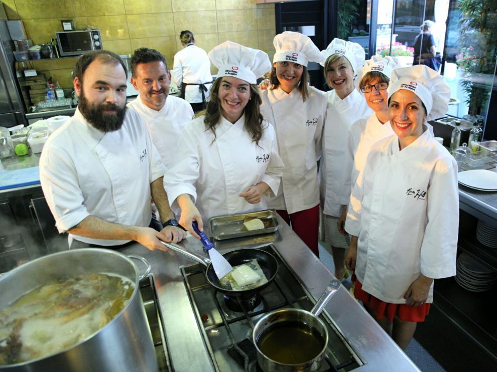 Gallego, Acedo, Solana, Sasot, García, Esteban y Herce, preparando una de las recetas.