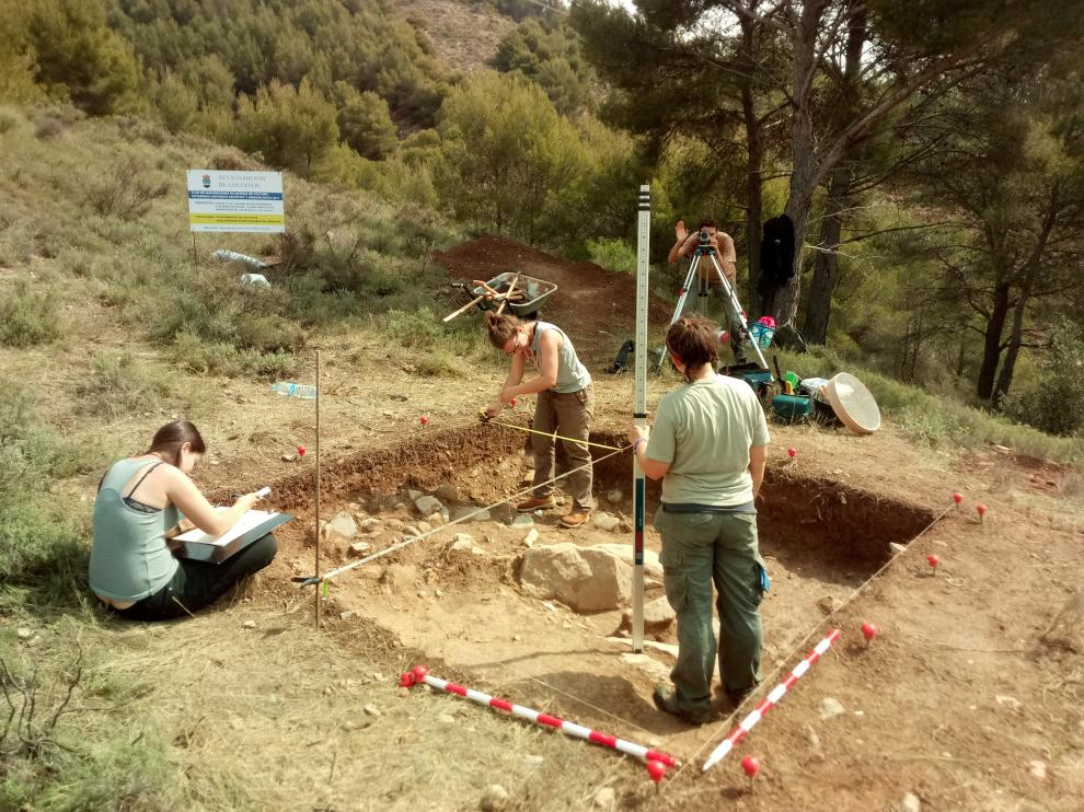 Un grupo de arqueólogos trabaja en la excavación del yacimiento Plana del Cerro.