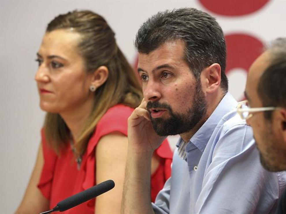 El secretario regional del PSOE, Luis Tudanca, acompañado por el presidente de la Diputacion de Soria Luis Rey (d) y la secretaria de Política Municipal del PSCyL, Virginia Barcones, durante un encuentro con militantes del partido en la capital soriana.