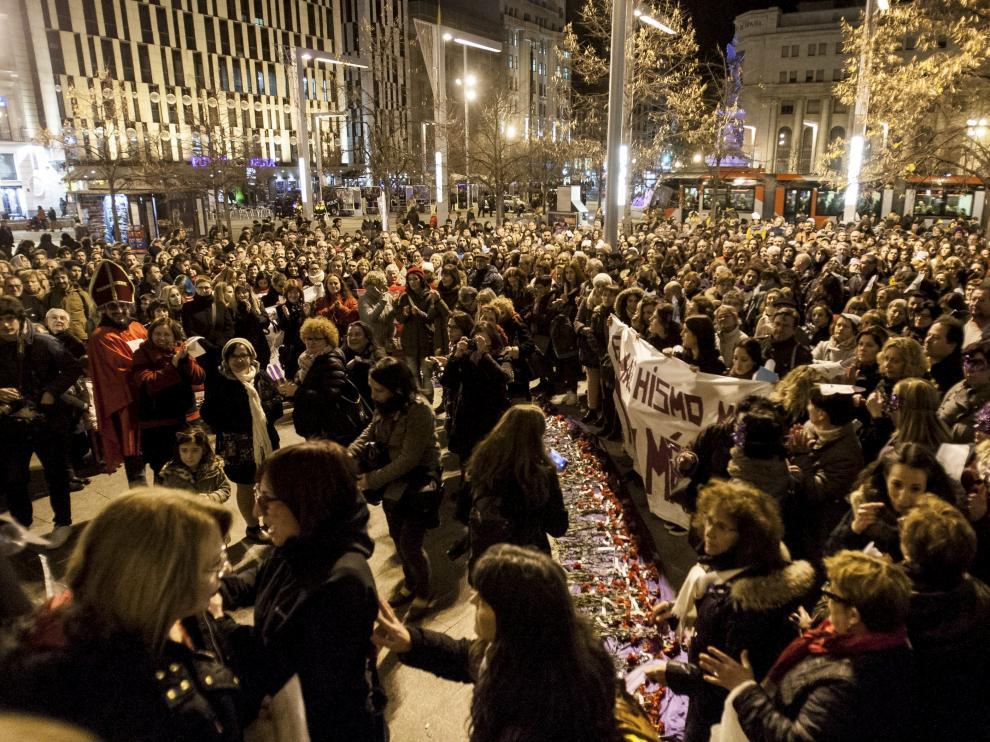 Foto de archivo de una protesta en la plaza de España de Zaragoza contra la violencia machista.