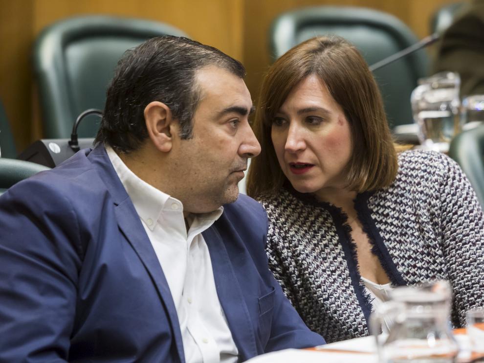 El concejal Alberto Casañal, junto a la portavoz, Sara Fernández, en un pleno municipal.