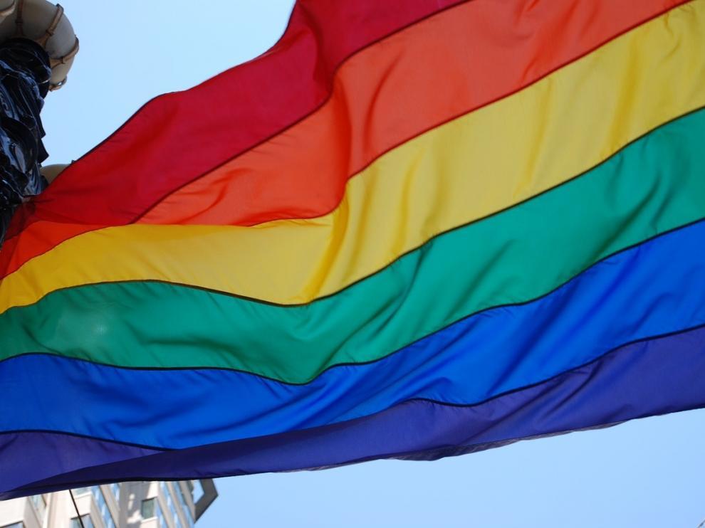 La bandera del aroíris ondea estos días en el centro de Madrid.