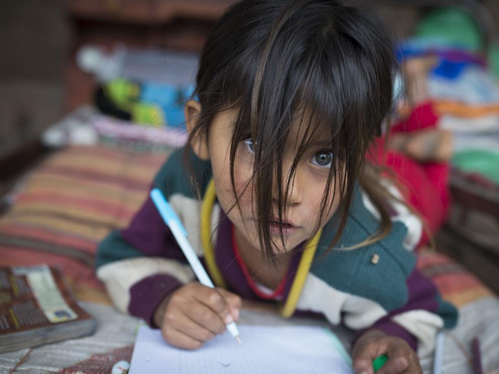San Antonio, Chuquisaca, Bolivia. Sheila, de cuatro años, aprende a escribir la letra A.