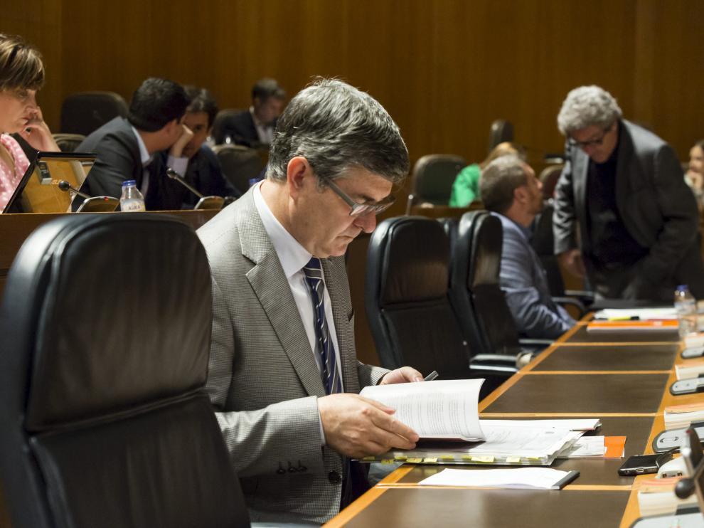El consejero Vicente Guillén prepara su comparecencia, ayer, en sede parlamentaria.