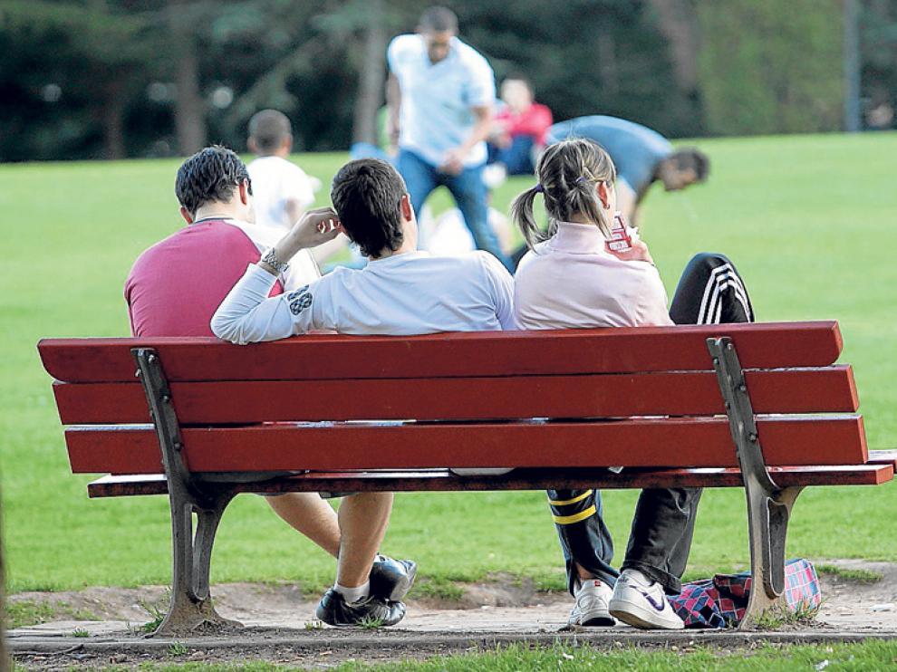 Varios jóvenes en un parque de la capital, en imagen de archivo.