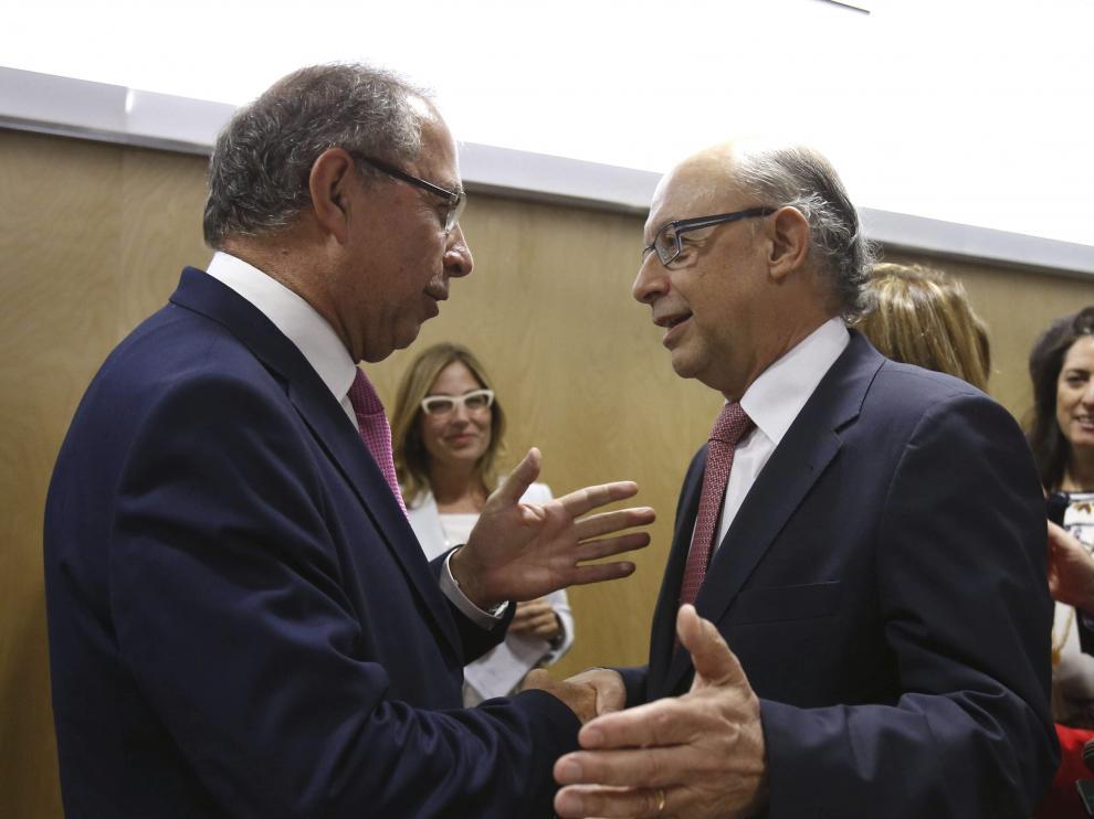El ministro de Hacienda y Administraciones Públicas, Cristóbal Montoro, saluda al consejero del Gobierno de Aragón, Fernando Gimeno, durante su asistencia al consejo de Política Fiscal y Financiera, este jueves en Madrid.