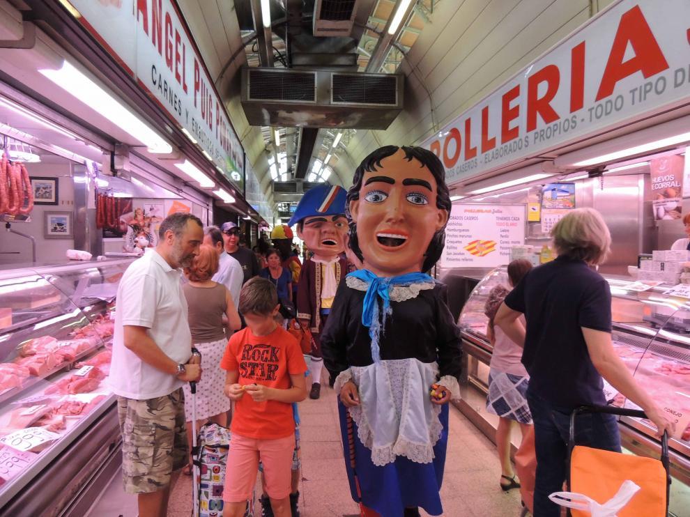 La comparsa de Cabezudos Exaltados visitó el Mercado Central el pasado sábado