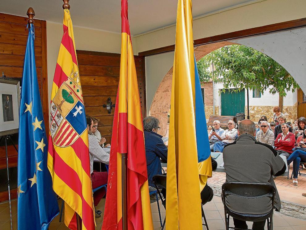 La corporación municipal trasladó ayer el pleno a la calle, junto a las banderas y al retrato del rey.