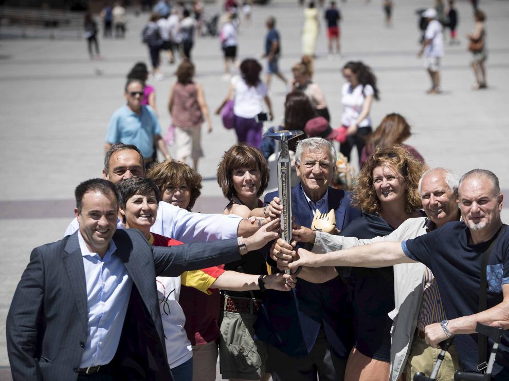 Álvaro Corrales, Esther Lahoz, José María Esteban Celorrio, Gema Usieto, Jana Rodrigo, Fernando Lozano, Pilar Tejel, Juan Vizcaíno y Fernando Vila, en la plaza del Pilar.