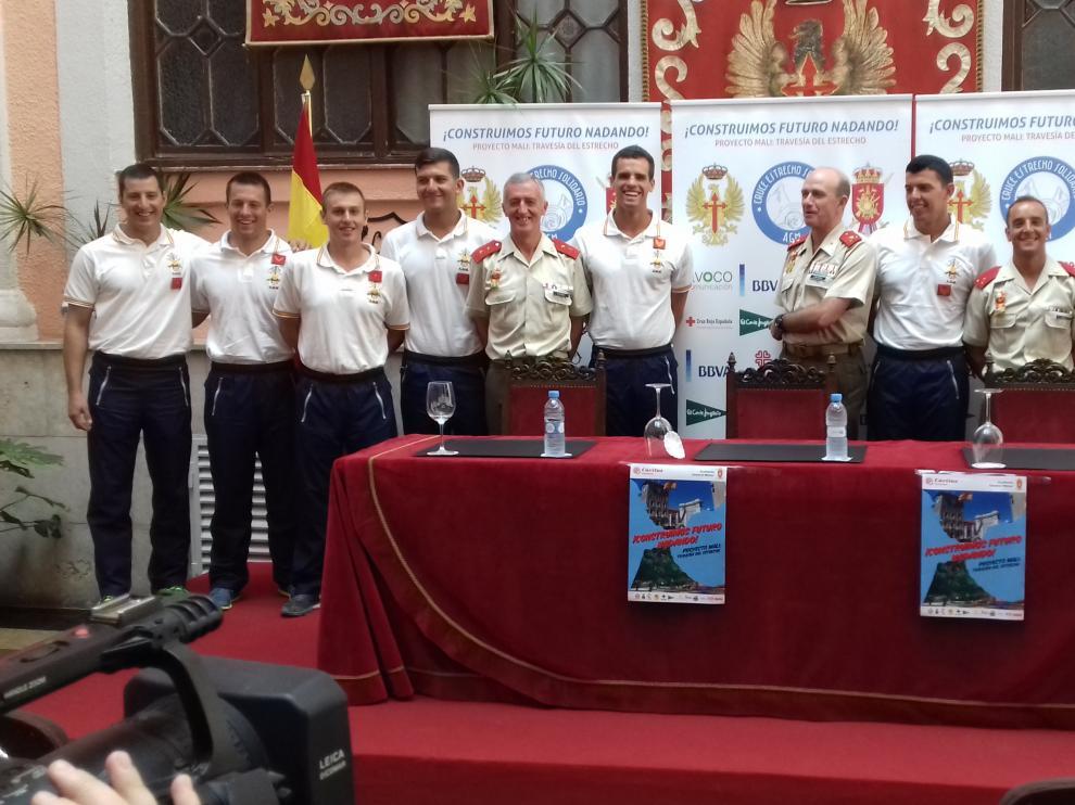 Equipo de cadetes que participarán en el reto de cruzar a nado el Estrecho