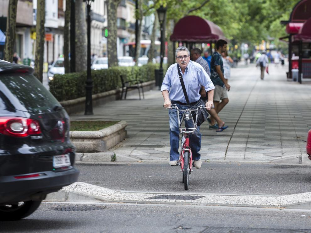 Foto de archivo de un ciudadano circulando en bici por el centro de Zaragoza.