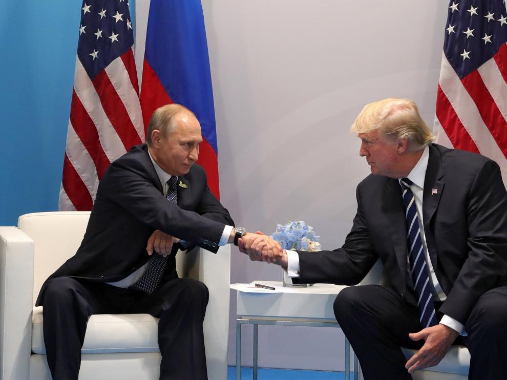 Trump y Putin, estrechándose la mano