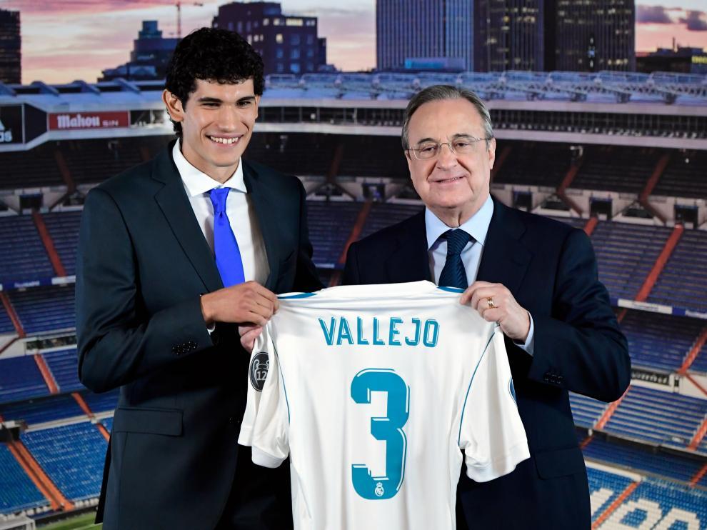 Jesús Vallejo y Florentino Pérez, en su presentación como futbolista del Real Madrid.