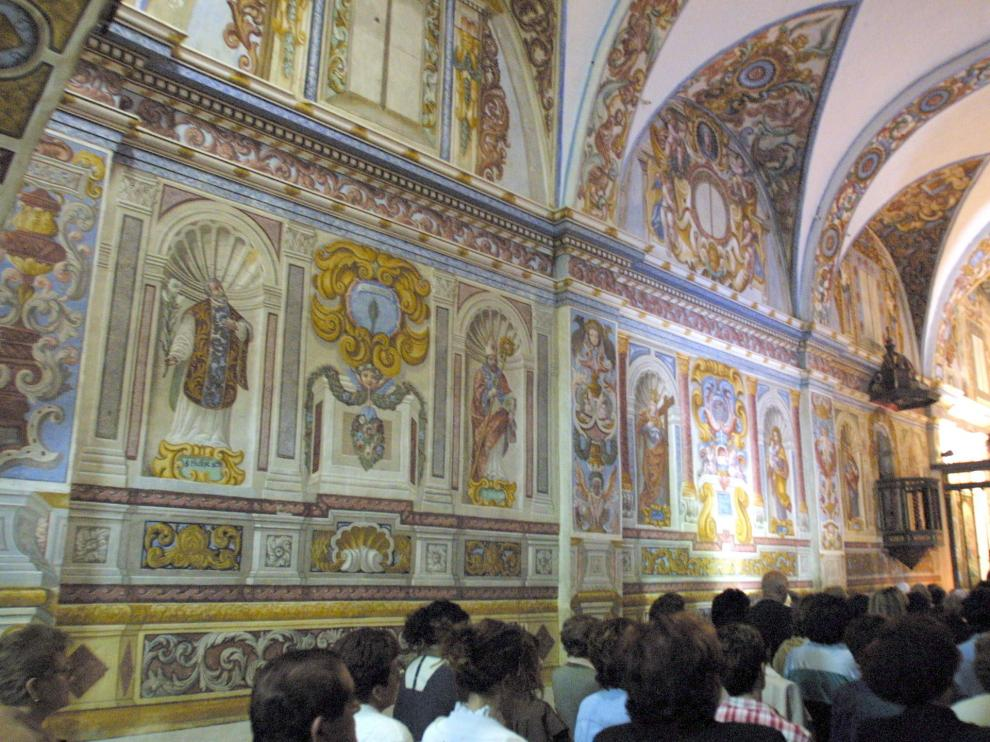 Ermita de Casbas, con sus típicas punturas murales, en Ayerbe.